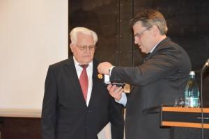 Bayerns Justizminister händigt Verdienstmedaille des Verdienstordens der Bundesrepublik Deutschland an Erich Aulbach aus