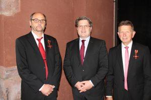 Justizminister Bausback händigt Bundesverdienstkreuz an Karl-Heinz Burkhart und Rolf Müßig aus
